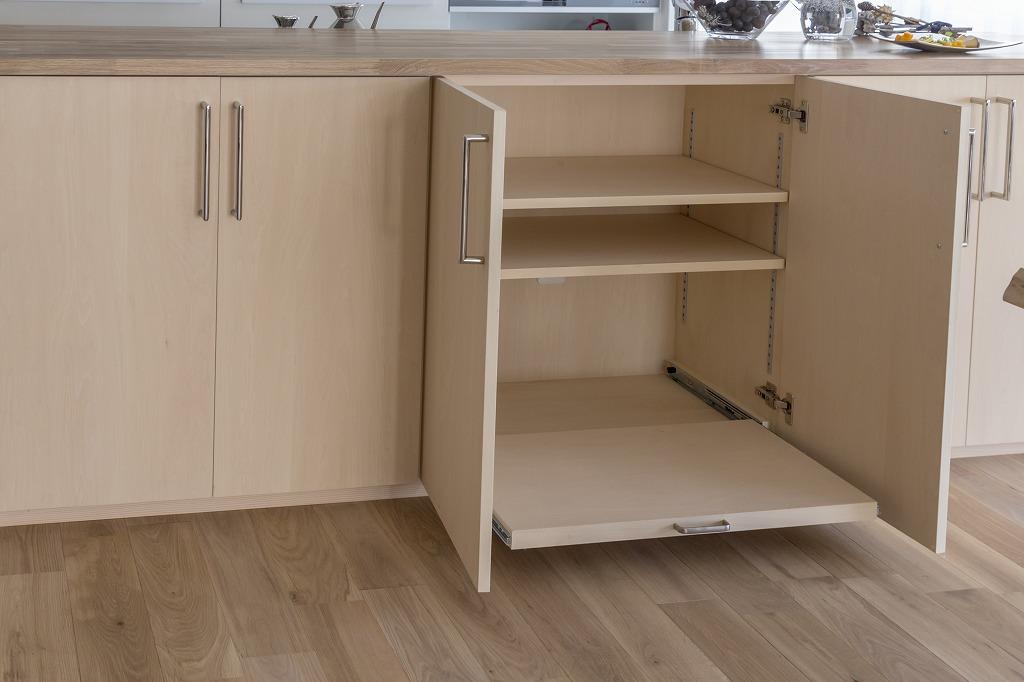 キッチンカウンター収納の一部は、パソコンやプリンターの収納棚を造作。