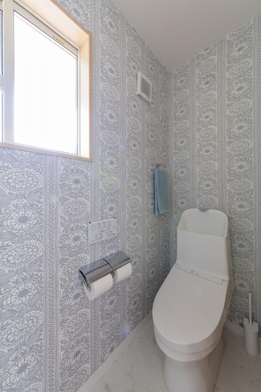 トイレの壁紙は北欧調のグレーの花柄をチョイス。