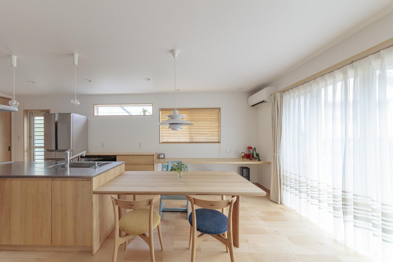 ダイニングテーブルはキッチンと横並びにし家事効率UP。キッチン背面はカウンターにして子どものワークスペースに。