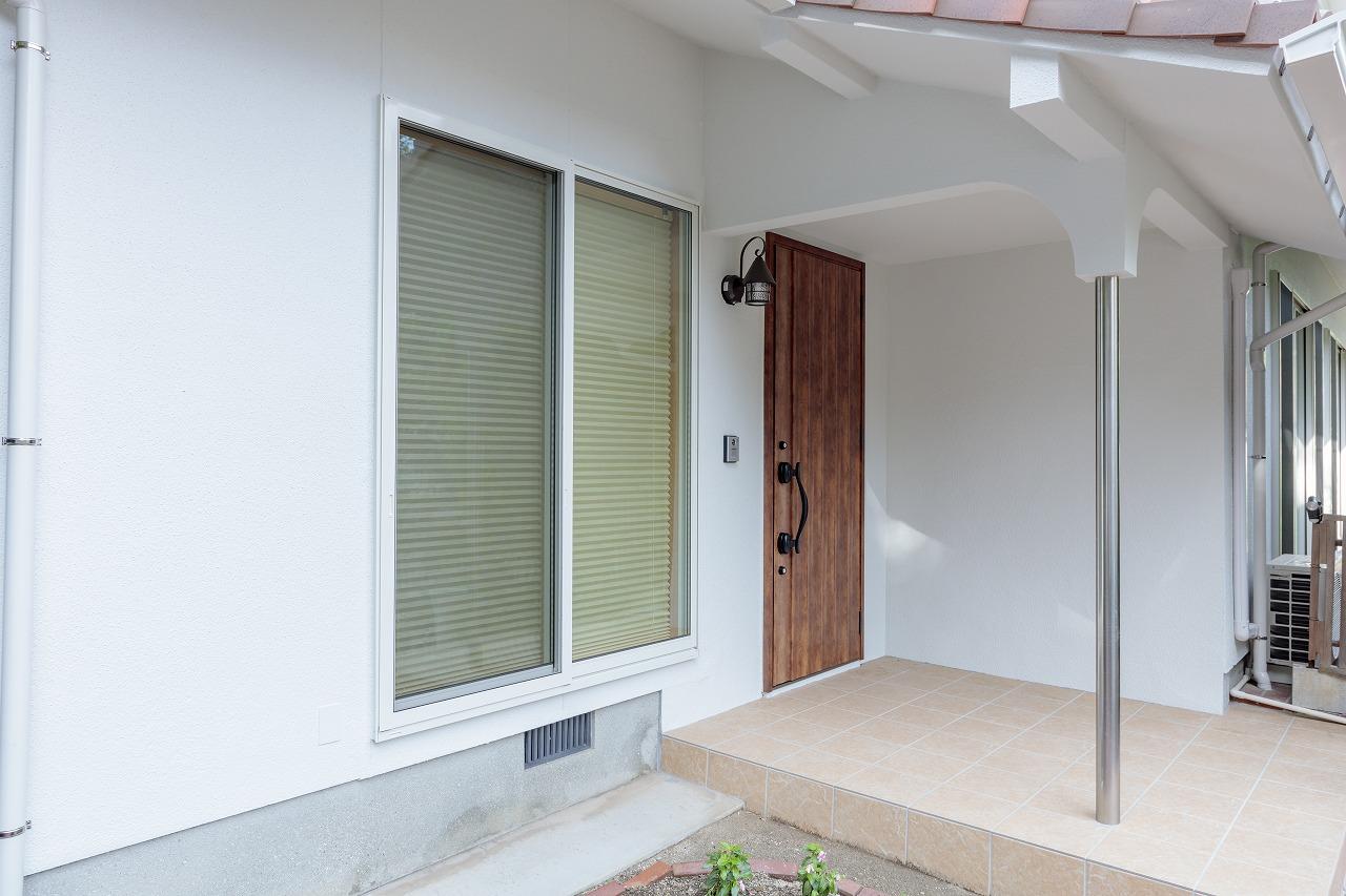 古い印象だった玄関ポーチはドア、壁、タイルを変えたことで真新しい住まいへ一変しました。