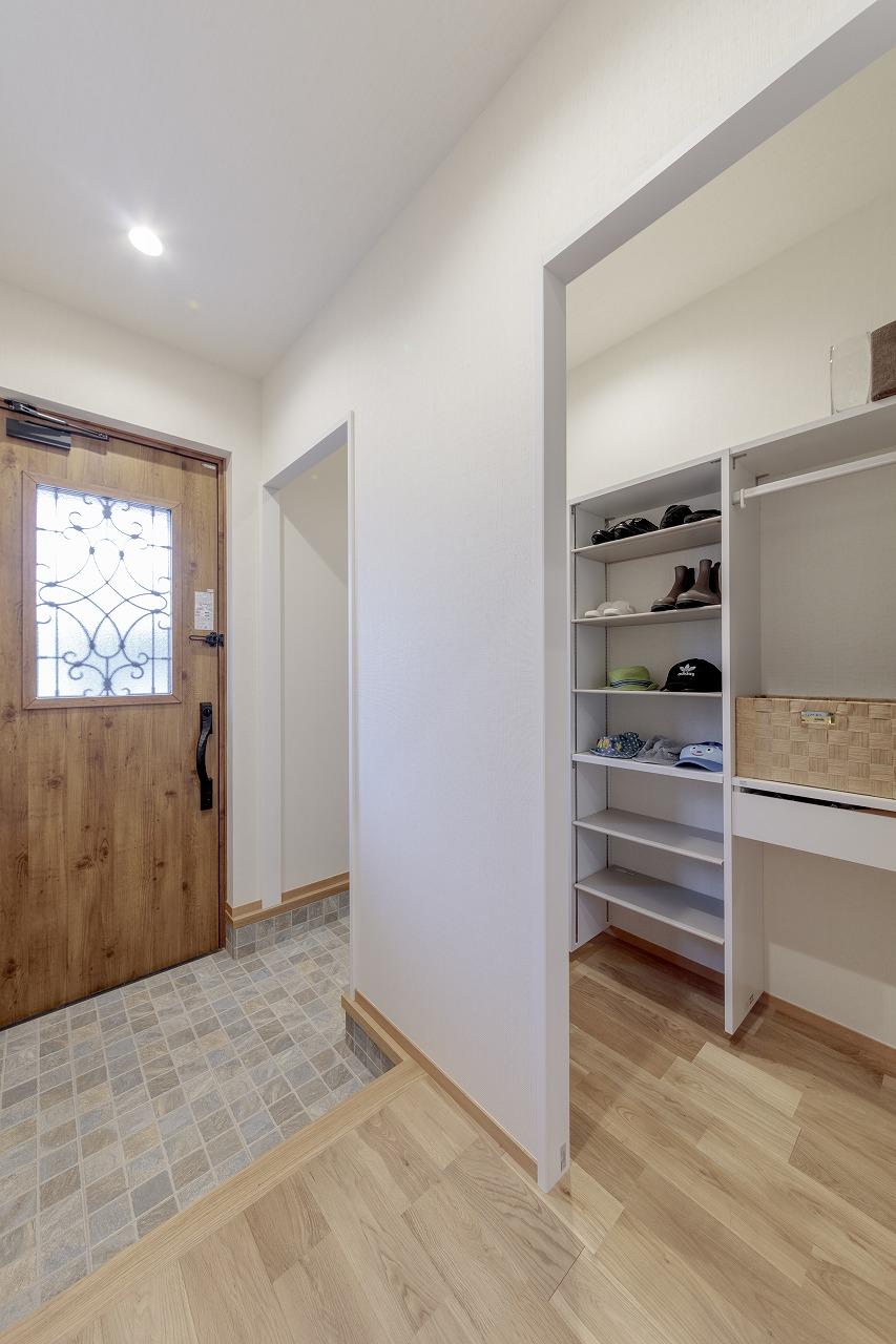 玄関の半分を収納力たっぷりの玄関クローゼットに。扉のないオープンタイプにしました。