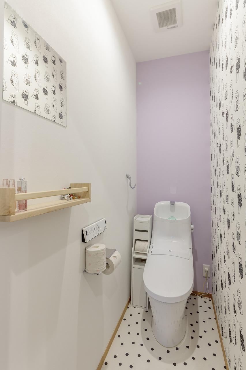 トイレはふくろう柄と薄紫のクロスを敷き詰め、可愛らしい雰囲気に。