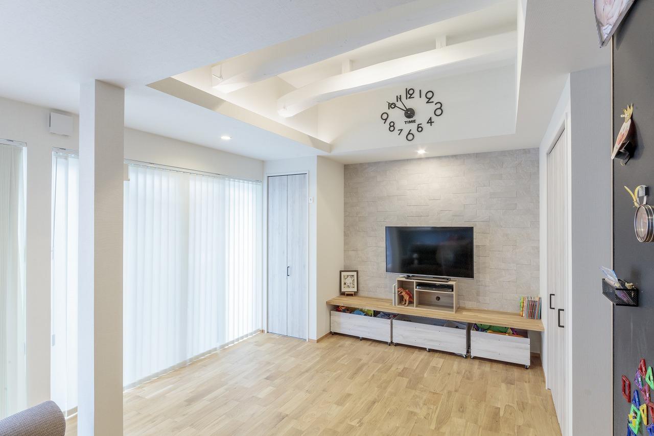 床は自然素材のナラ無垢材。テレビの背面には調湿消臭効果のあるエコカラットを採用しました。