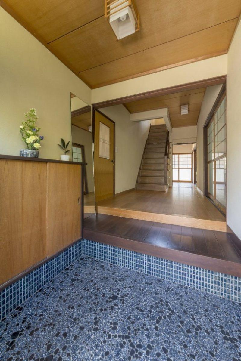玄関は手を加えずそのまま。ブルータイルの三和土は今でも美しいデザイン。