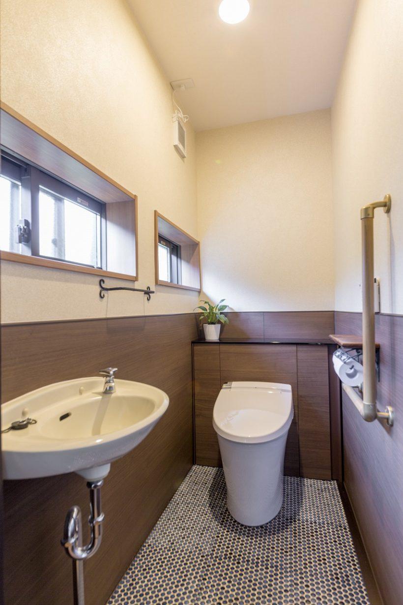 トイレのタイルはそのまま残し、レトロな雰囲気と新しい内装を調和させました。