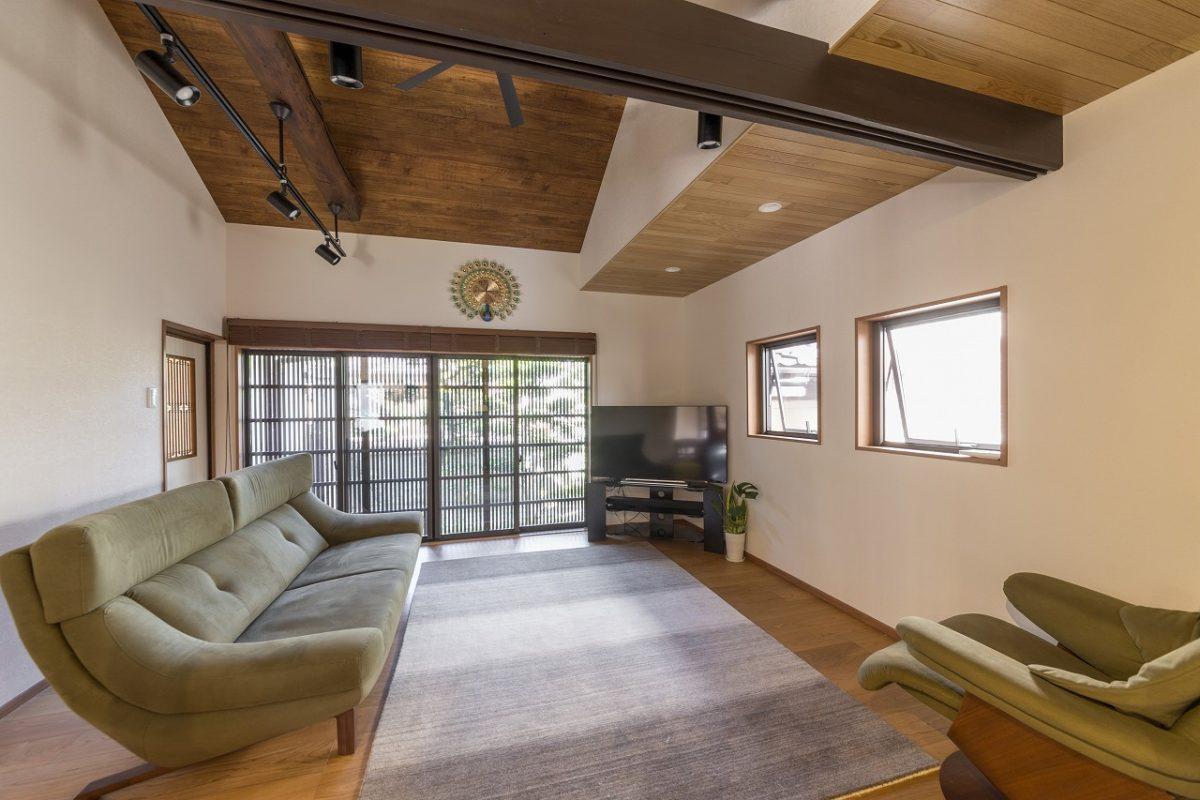 リビングは梁を見せて勾配天井に。断熱工事に加えLDKには床暖房も設置。