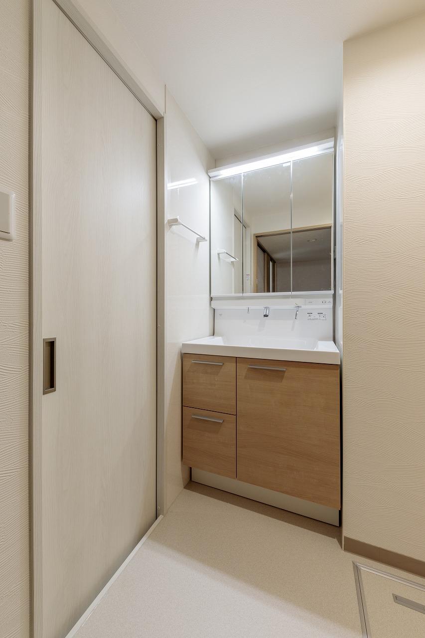 左扉を開ければキッチンへ。洗面室使用時は閉めて個室に。
