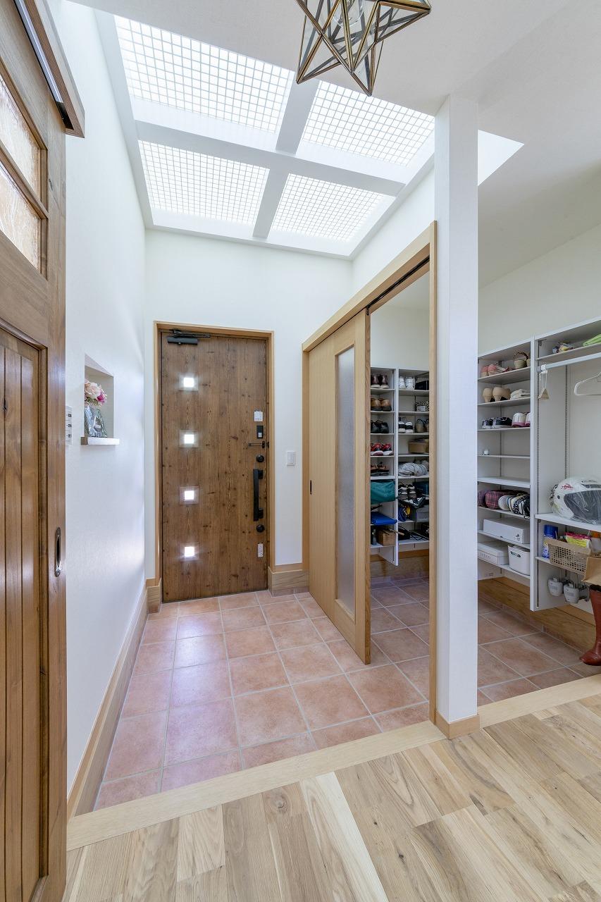 玄関は大型のシューズクロークを設けました。上部のドライルームからは光を通すよう工夫。