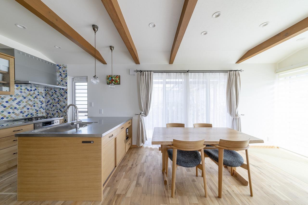 ナラの無垢材など自然素材を取り入れ、構造梁が力強く美しいダイニングキッチン。