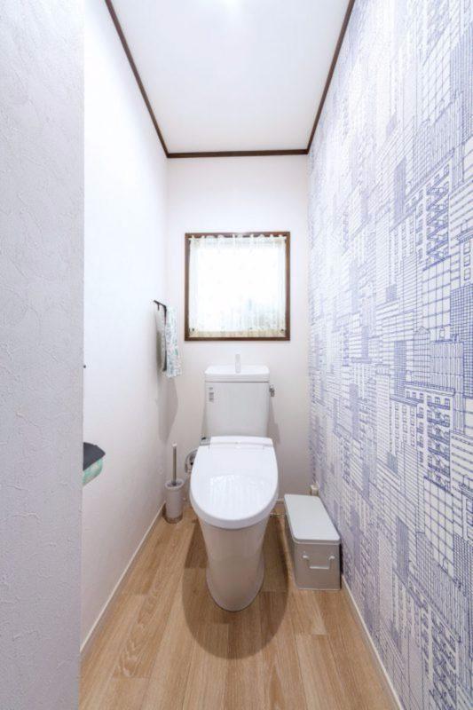 トイレには思い切って遊び心満点の壁紙を。ご主人が選びました。