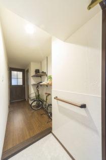 自転車の収納スペースがある、機能性・利便性・デザイン性が揃った玄関ホール