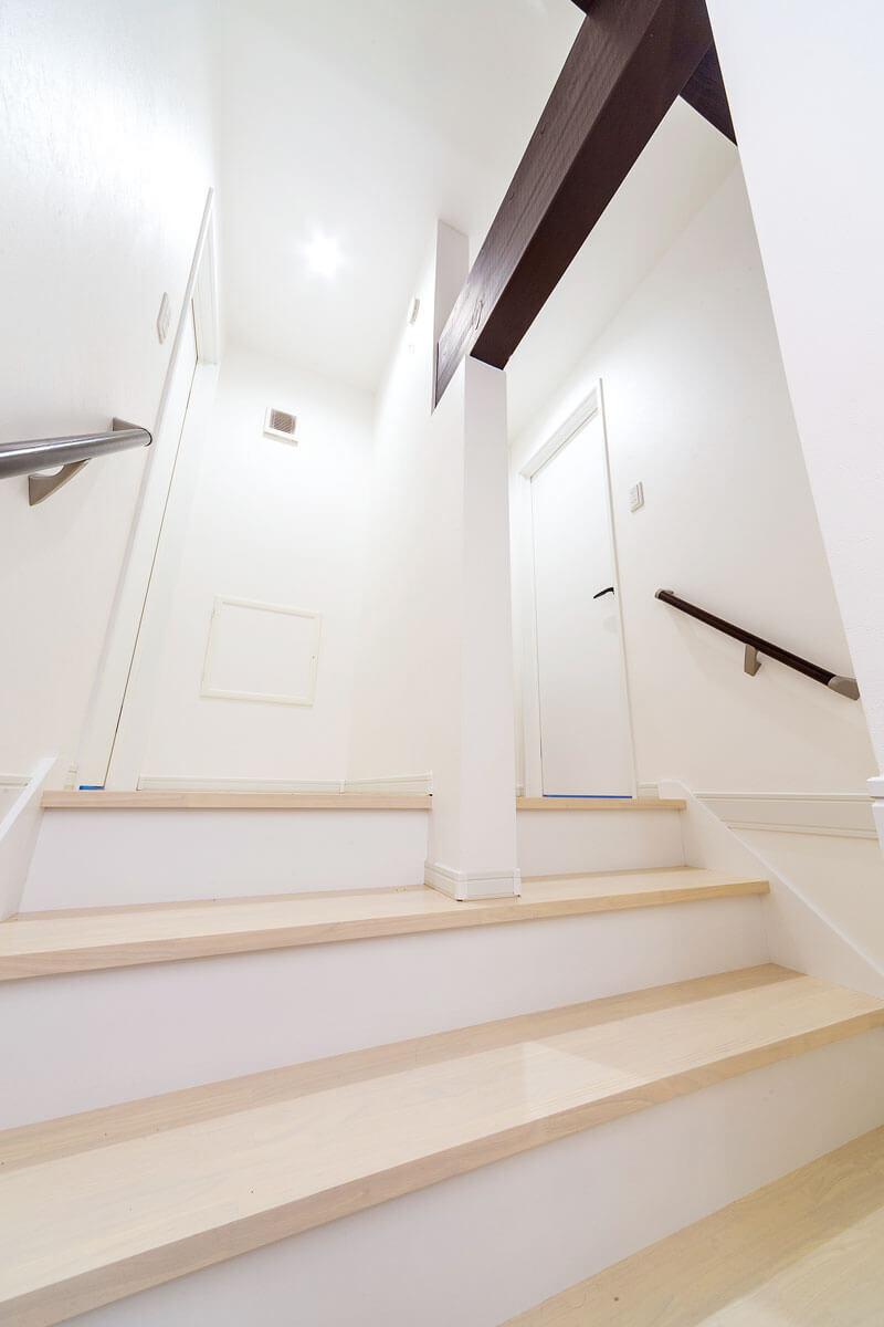 屋根裏を子供部屋にするために新たに設置した階段。