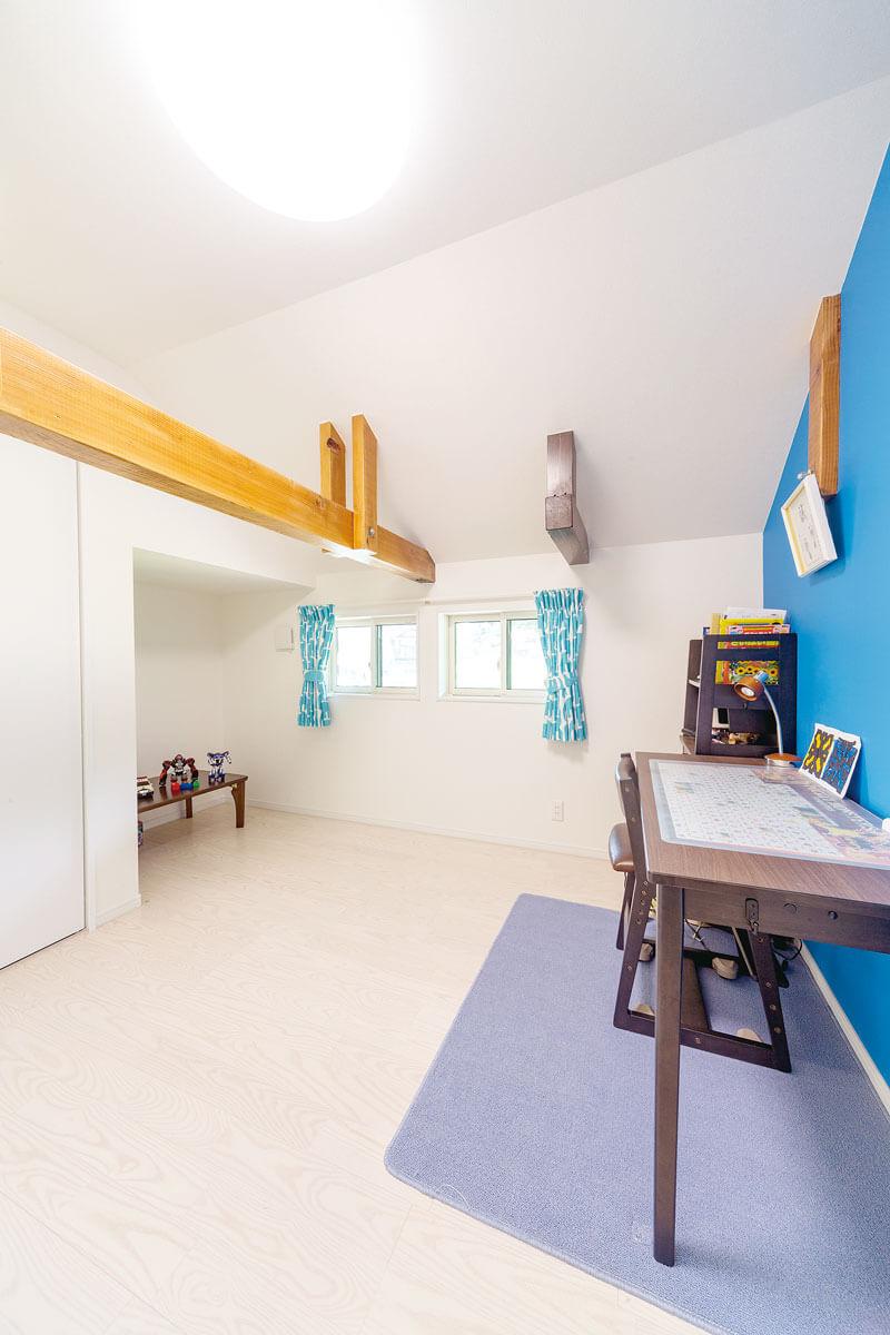 屋根裏のスペースを活用した子供部屋。梁は塗装して雰囲気に合わせました。