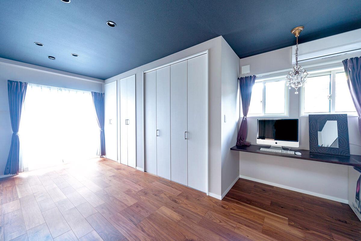 和室と広縁があった空間はご夫婦の寝室に。シックなトーンでまとめました。