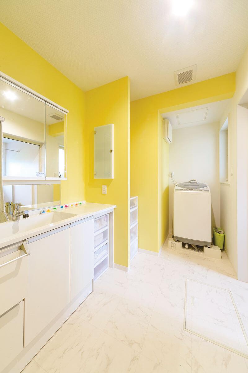 白と黄色の配分を考え抜いた洗面室。