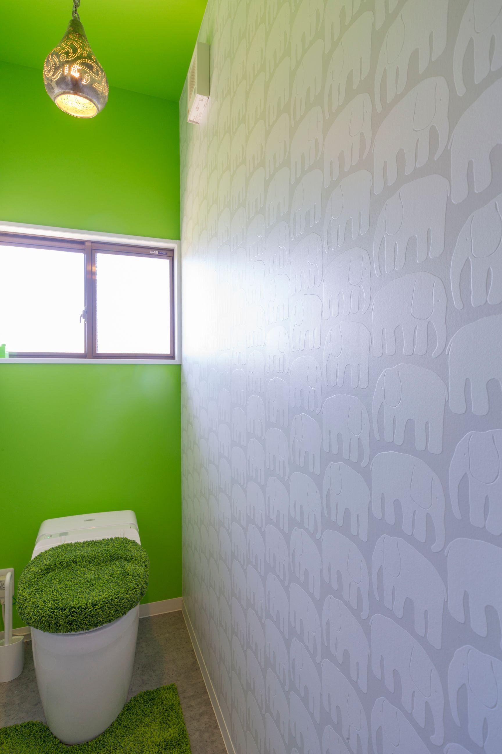 ビタミンカラーと象柄クロスのトイレ空間
