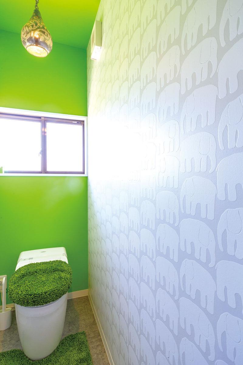 可愛いゾウの柄クロスとビビットなグリーンのクロスを合わせた気分が明るくなるトイレ。