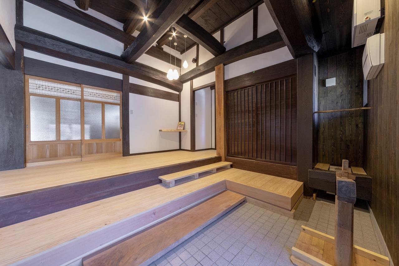 【安芸高田市】ヒノキの床材が美しく重厚感ある古民家の玄関ホール