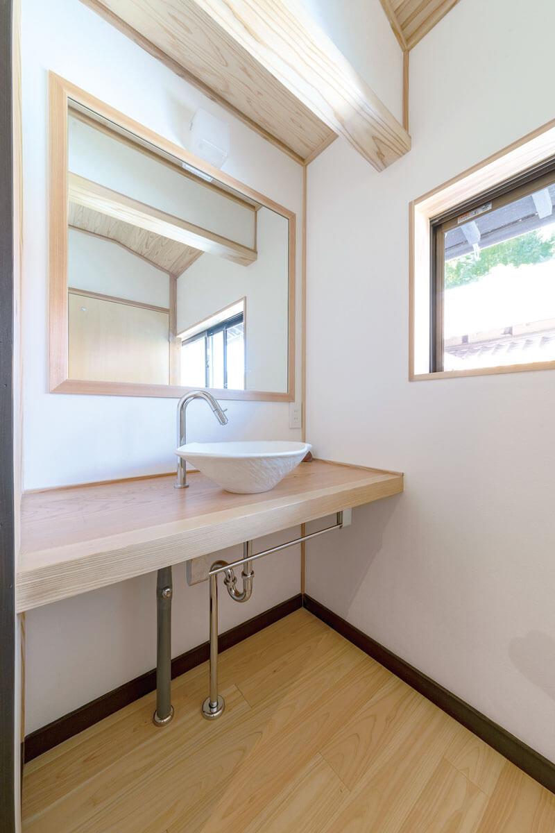 お子さんが帰宅後すぐに手洗いができるように玄関ホール横に手洗い場を設置。