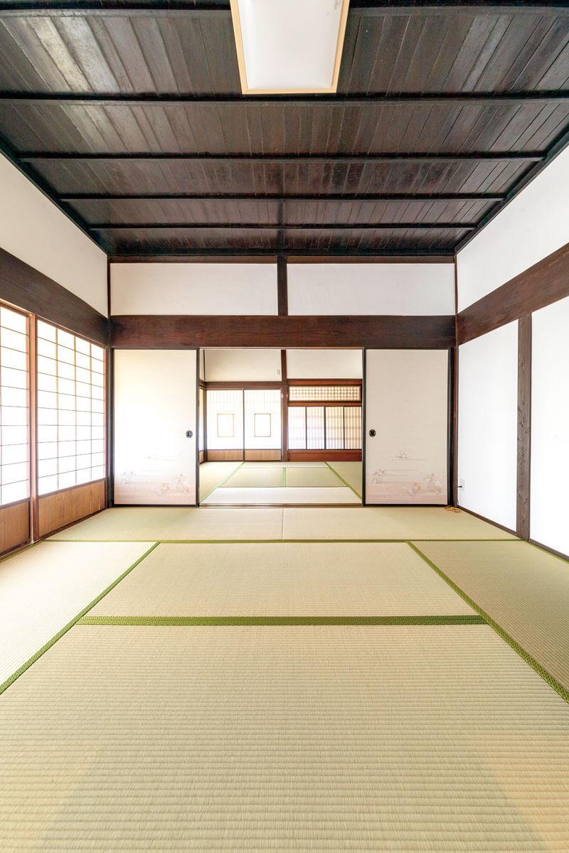 以前のまま残した二間続きの和室。壁の漆喰、柱や鴨居などは塗装し直してリフレッシュしました。