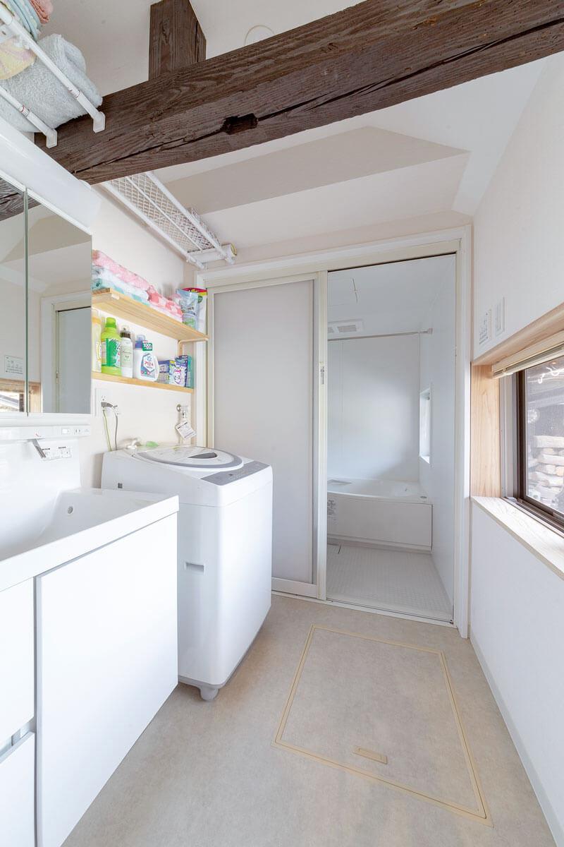 梁を利用して棚を設けたり、壁に棚を設置したり、限られたスペースを有効活用。