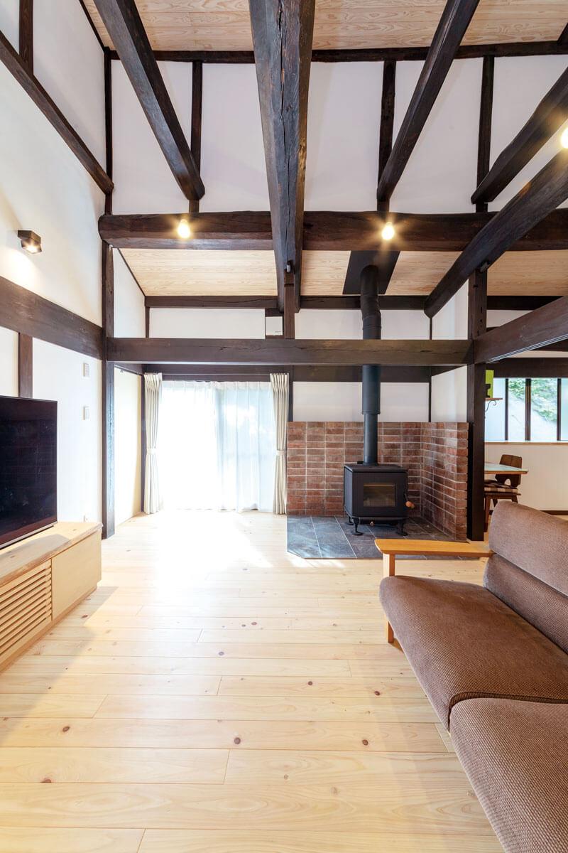 蒔きストーブのあるリビング。床、天井の無垢材や壁の漆喰などの自然素材は、調湿、断熱、保温効果も。