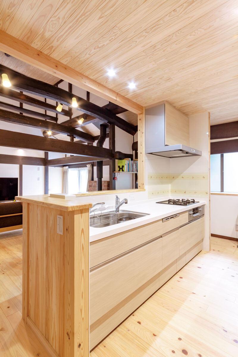 対面式のカウンターキッチンにしたことで、LDのお子さんの様子が把握できる上、回遊性もあり家事が便利に。
