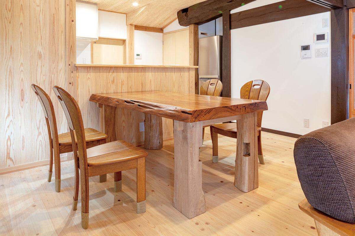 座卓の天板だった屋久杉と床を支える根太だった木材を再利用して、ダイニングテーブルを造作。