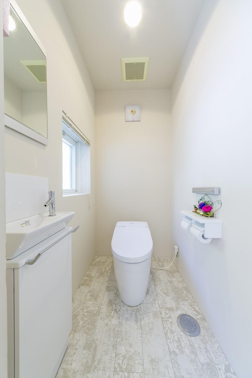 シャビーなテイストのクッションフロアを使った落ち着いたトイレ空間。