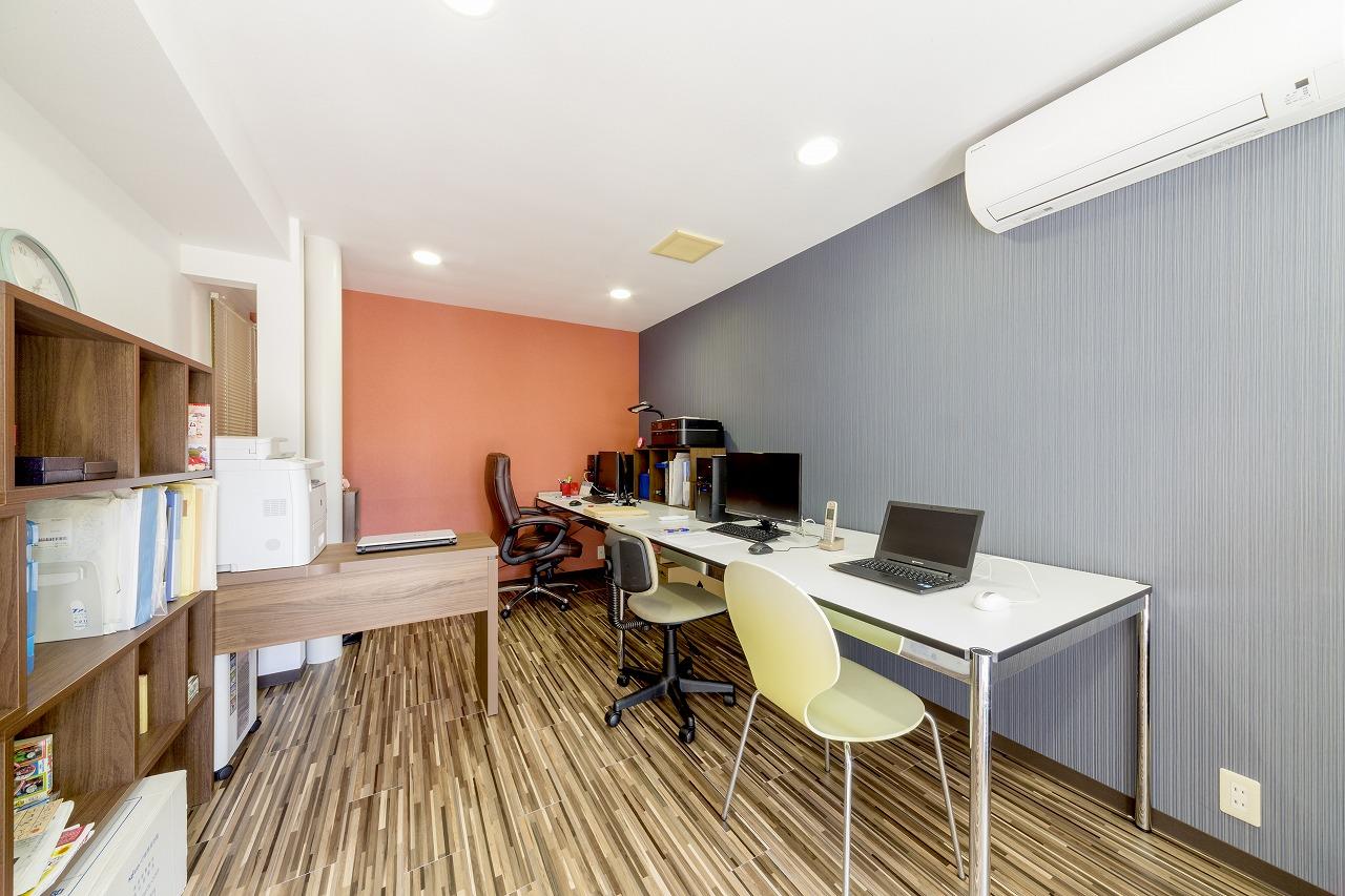 住居の1階にある事務所。湿気による傷みがひどかったため、床面を上げて床下換気扇を設置。