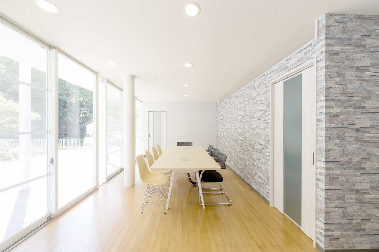 事務所に併設された会議室。大きな一面の窓が印象的な明るく落ち着いた空間に。