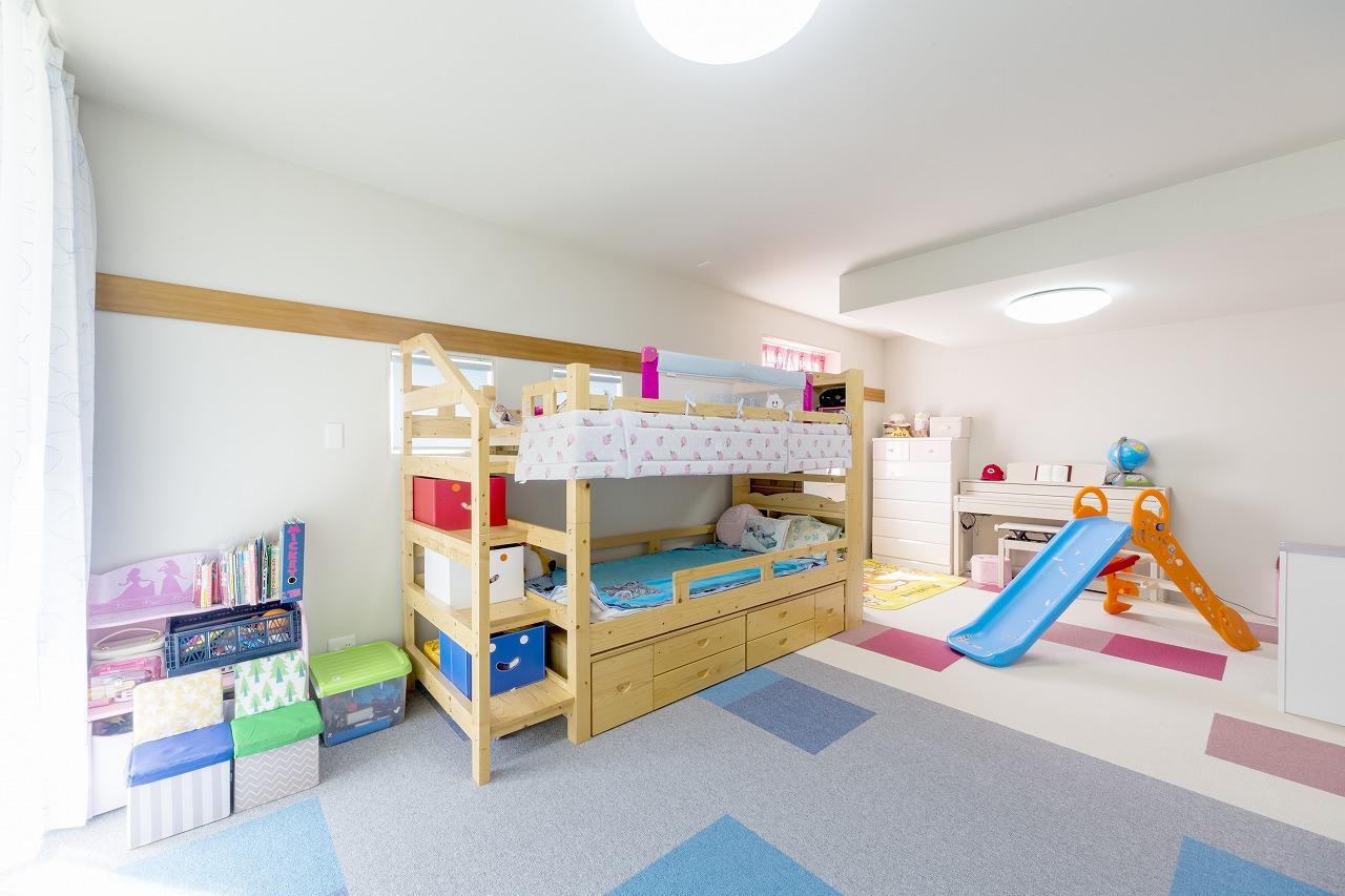 子ども部屋はタイルカーペット敷きに。将来的には仕切り壁を設け、男の子用・女の子用に切り替えられる工夫も。
