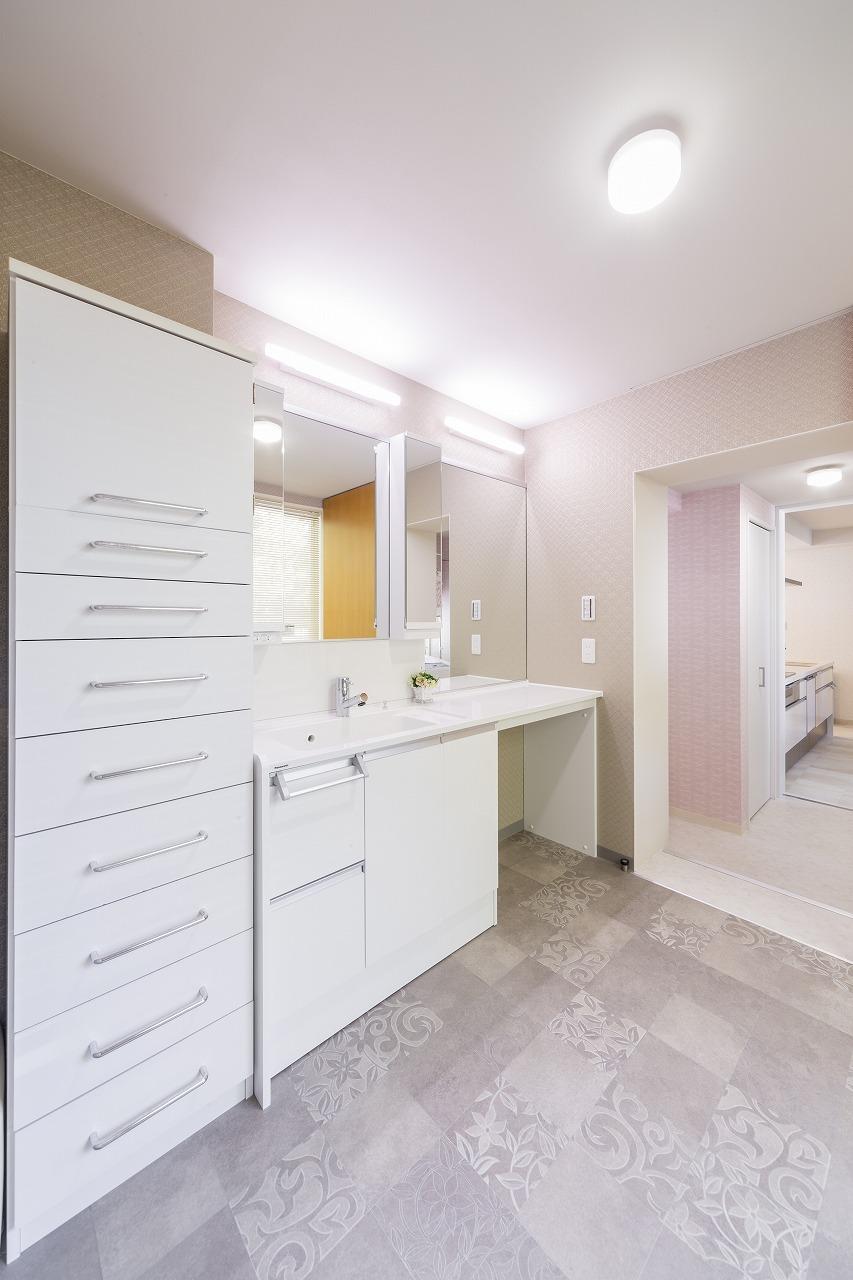 キッチンからもリビングからもつながる洗面室は大きめの鏡とボウルを設置しています。