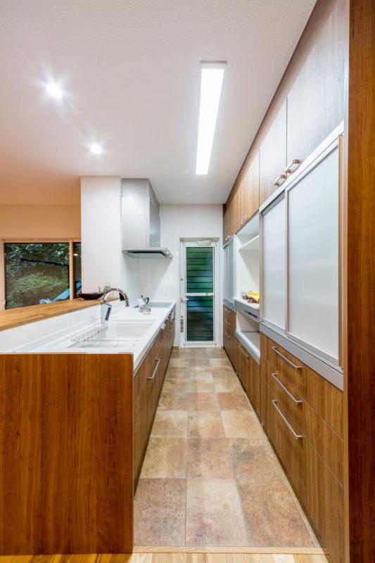 キッチンの床はタイルですが、電気式の床暖房を設置し、足元から温まります。