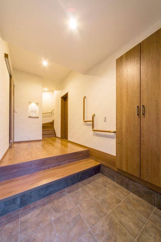 広くて開放的な玄関は段差に沿った手すりを設置しました。