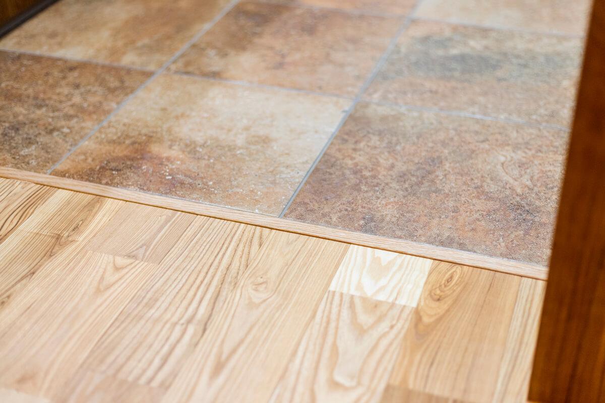 キッチンの床とリビングの床は異なる素材を使用していますが、段差はありません。