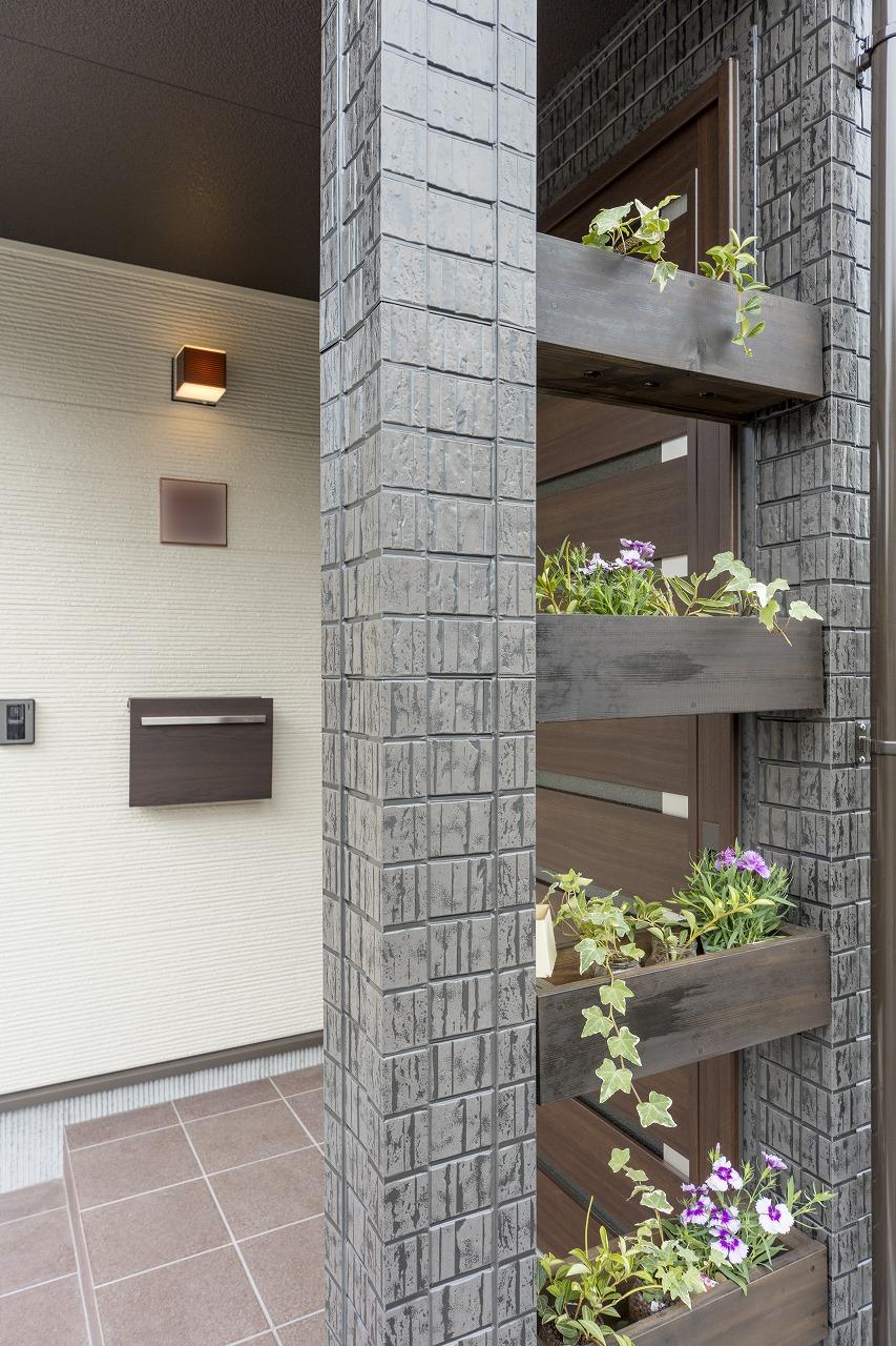 目隠し壁として設置した木製プランターは取り外しができ、花の植え替えに便利です。