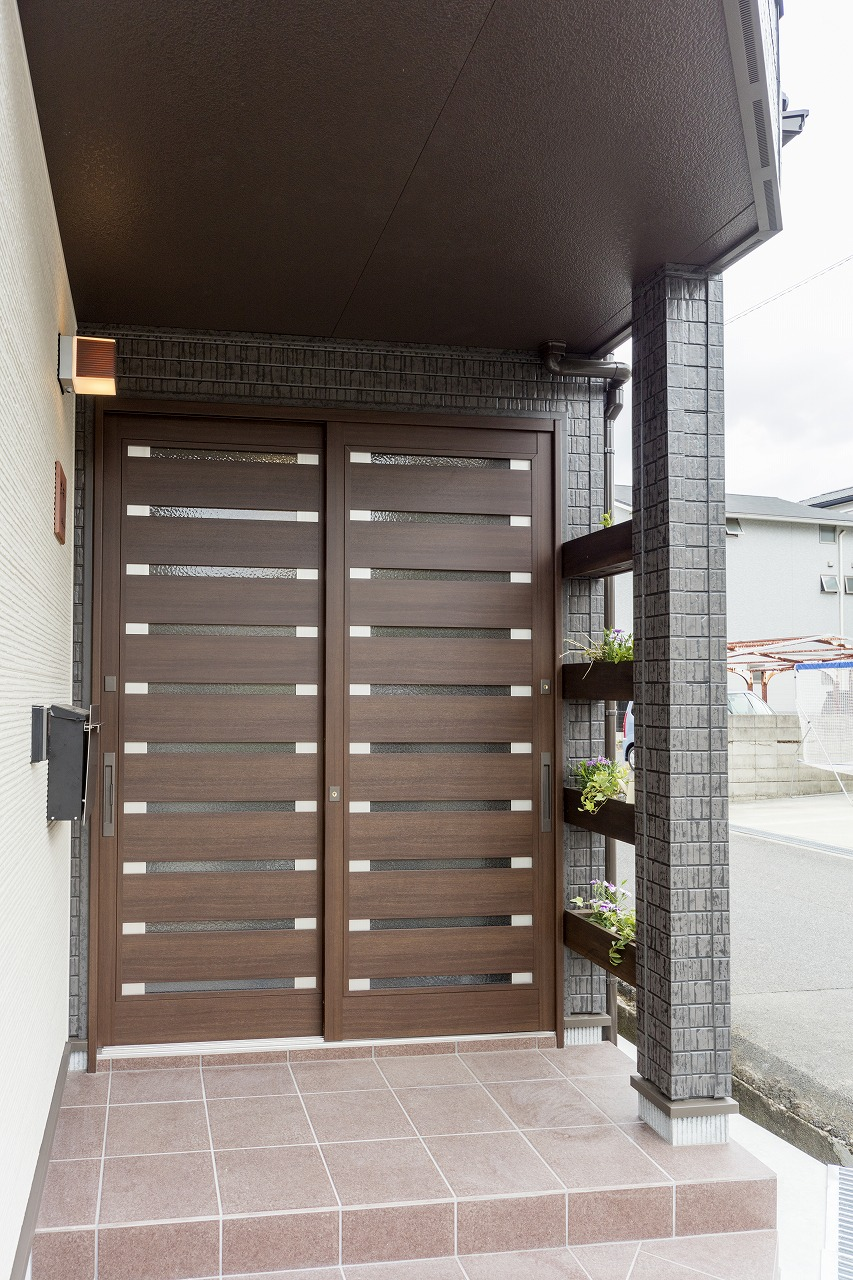 引き戸の玄関は和モダンな雰囲気に。