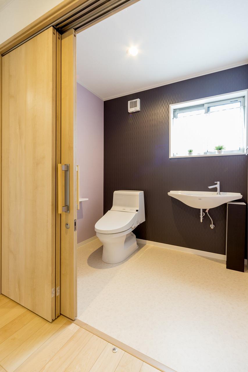 将来の車椅子生活を想定して、十分な広さのあるトイレを確保しました。