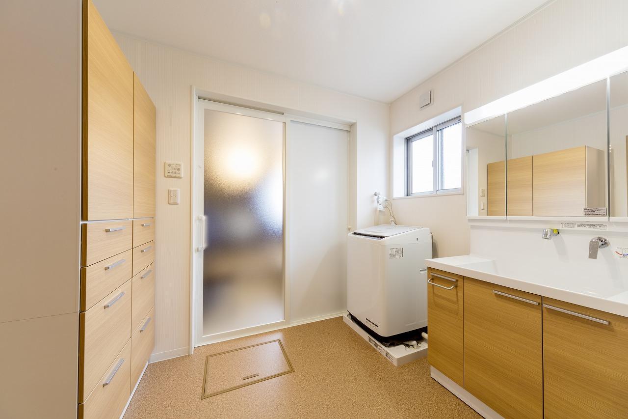 ゆとりのある洗面室は、収納力も抜群です。