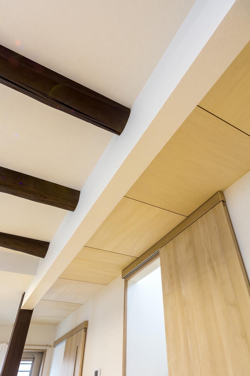 補強のタレ壁を利用して、既存の丸太梁とシナべニア、二つの表情が映える天井になりました。