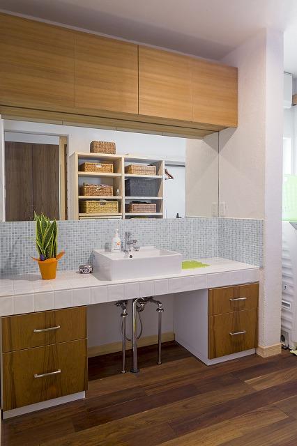 江田島市|爽やかなタイルが印象的な洗面室