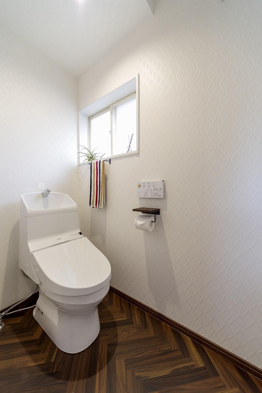 広くなったトイレは扉を引き戸に、床をヘリンボーン柄にしました。