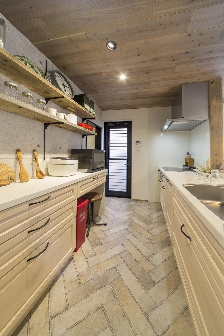 キッチンはウッドワンの「スイージー」。床材はヘリンボーンデザインの長尺シートに。