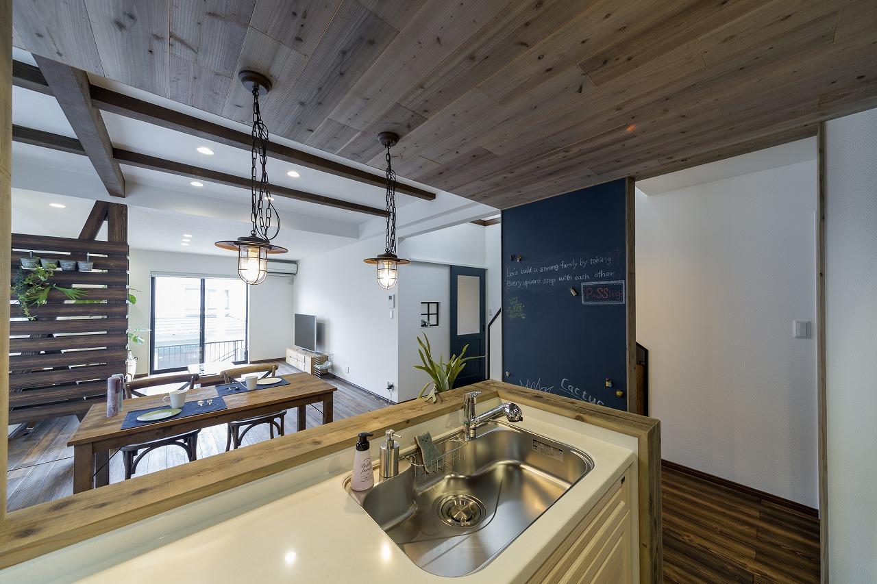 キッチンと廊下の境目は構造上必要な壁のみを残してオープンに。壁は黒板ボードとして活用。