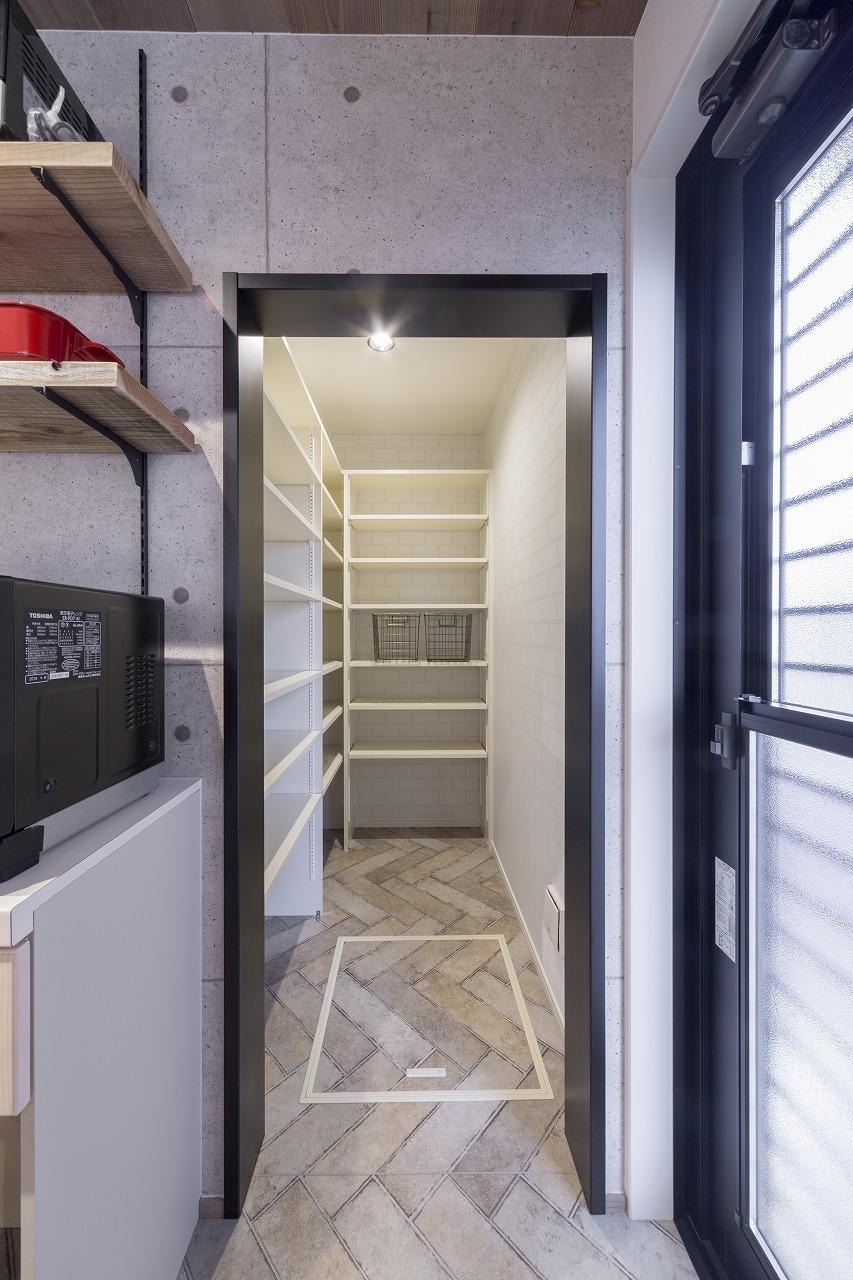 キッチン奥のデッドスペースをパントリーとして活用。二面に可動棚を設置し、たっぷりの収納力。