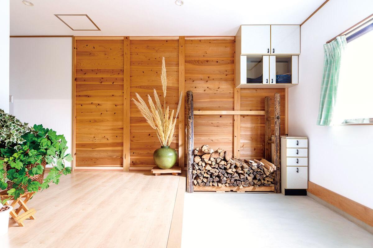 以前は納戸があり狭かった玄関をスペースを広げて広々と。天井には断熱材も施工しました。