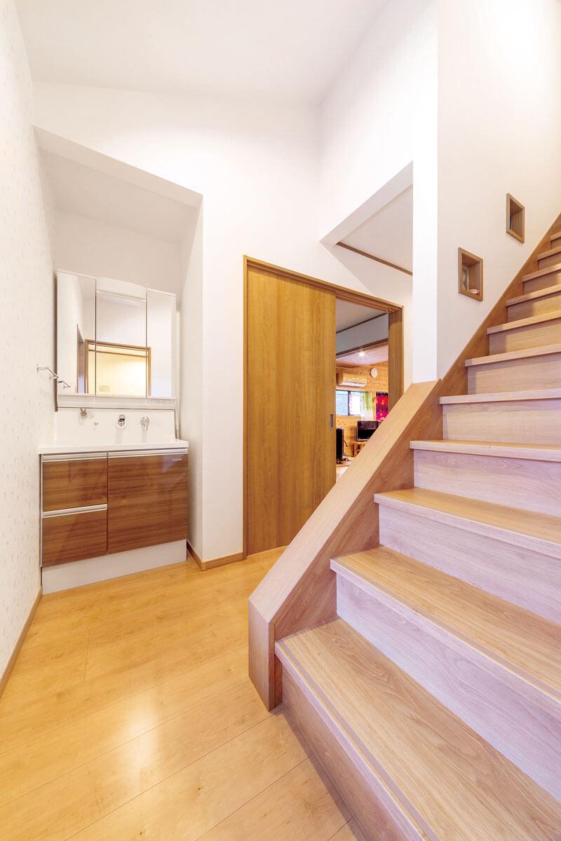 洗面化粧台は、和室の収納スペースを活用して階段横に設置。