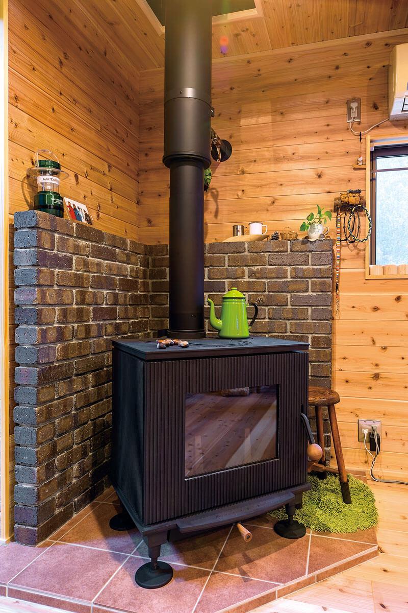 憧れだった薪ストーブは、針葉樹の燃焼に適した日本製。壁は耐熱レンガ、床はタイル貼り。