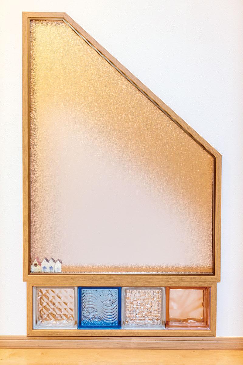 ロフトへ上がる階段壁には、奥さまのアイデアでガラスのブロックと採光窓が設置されました。
